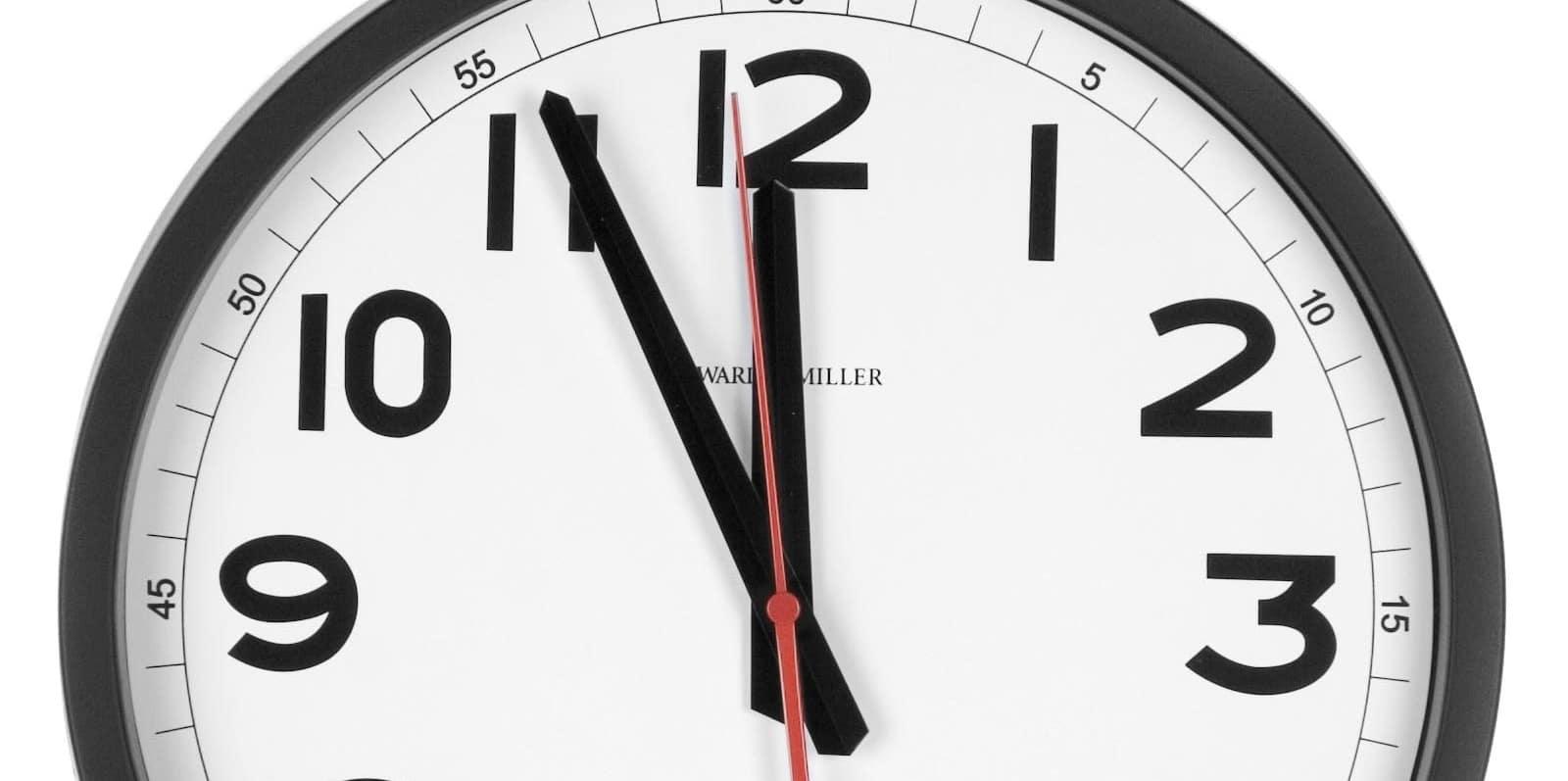 Une horloge indique mois 5 minutes