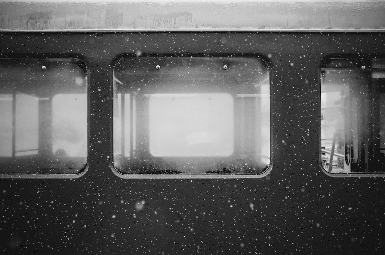 Un wagon de train vide sous la neige