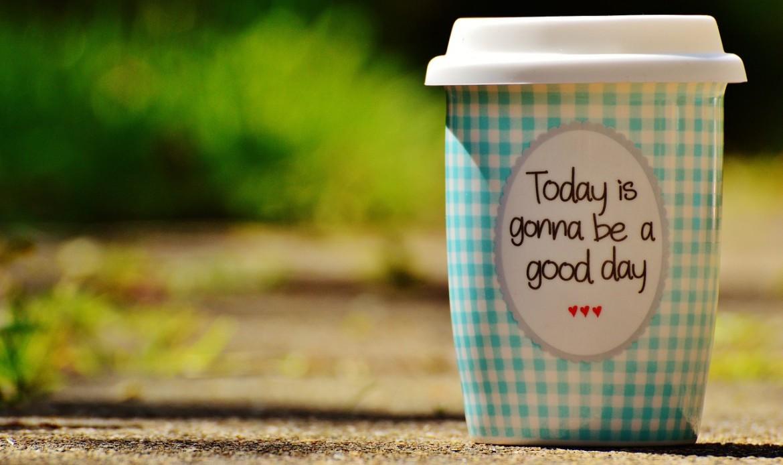 """Un tasse en carton de café """"aujourd'hui va être un bon jour"""""""