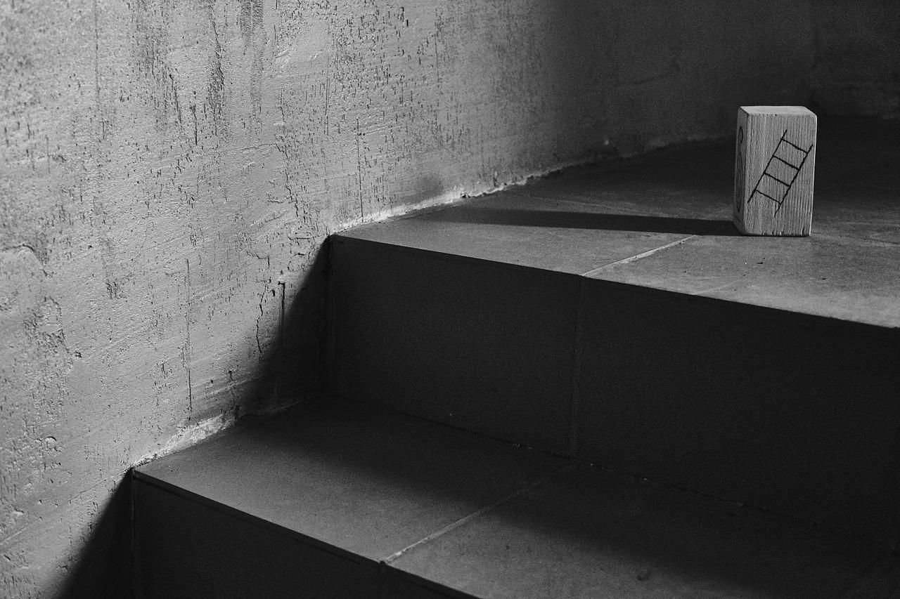 Une piece en bois représentant une échelle est posée au sommet d'un escalier
