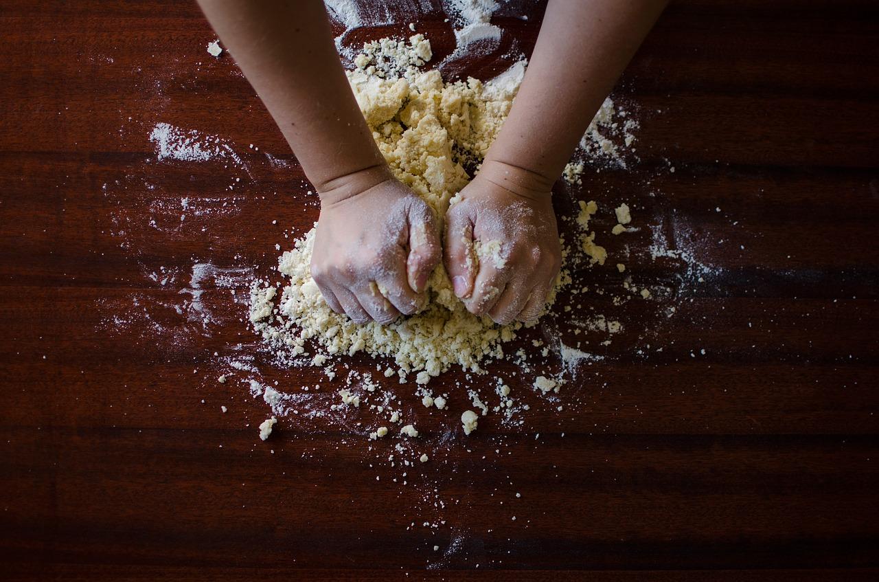 Des mains pétrissent une pâte