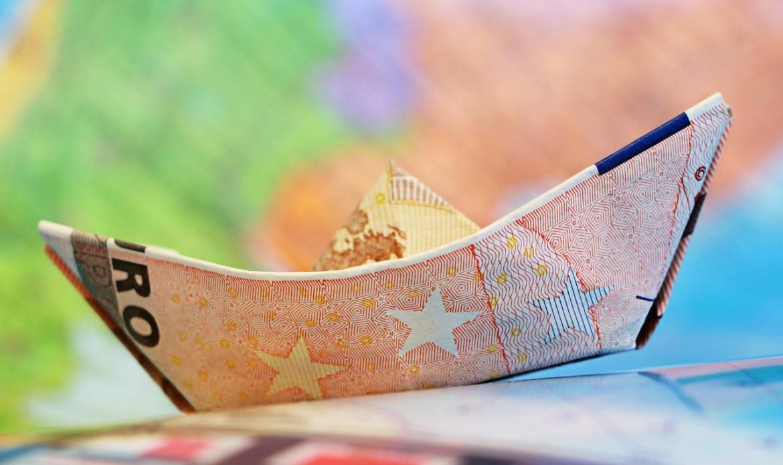 Un bateau en papier fait avec un billet de banque