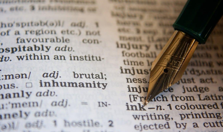 Un stylo pointe dans le dictionnaire le mot Ancre
