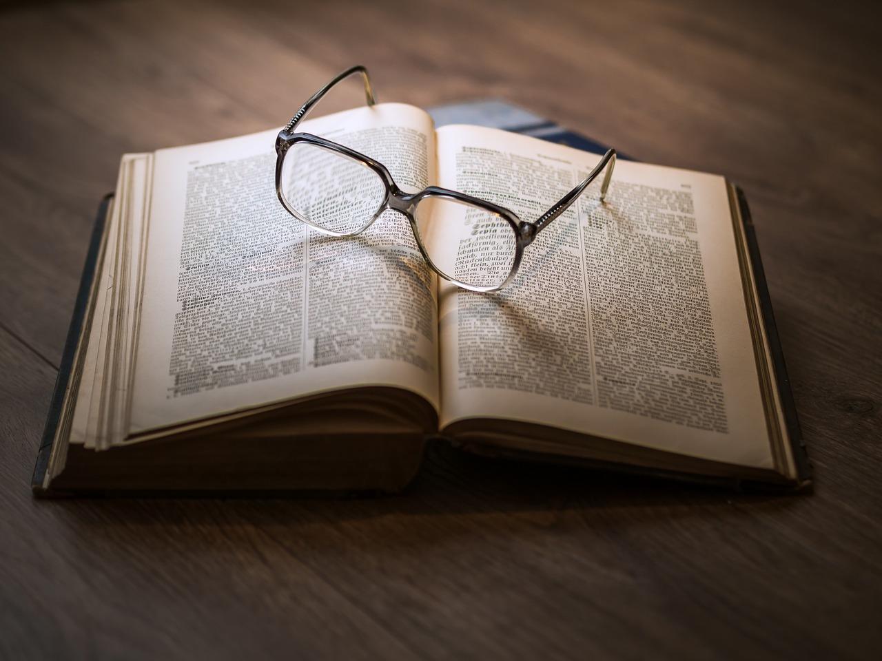 Un livre avec des lunettes posées dessus