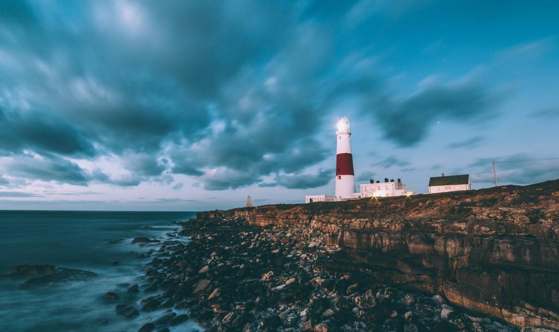 Un phare sur une côte rocheuse