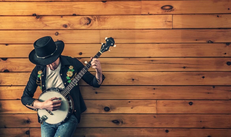 Un homme joue de la guitare folk