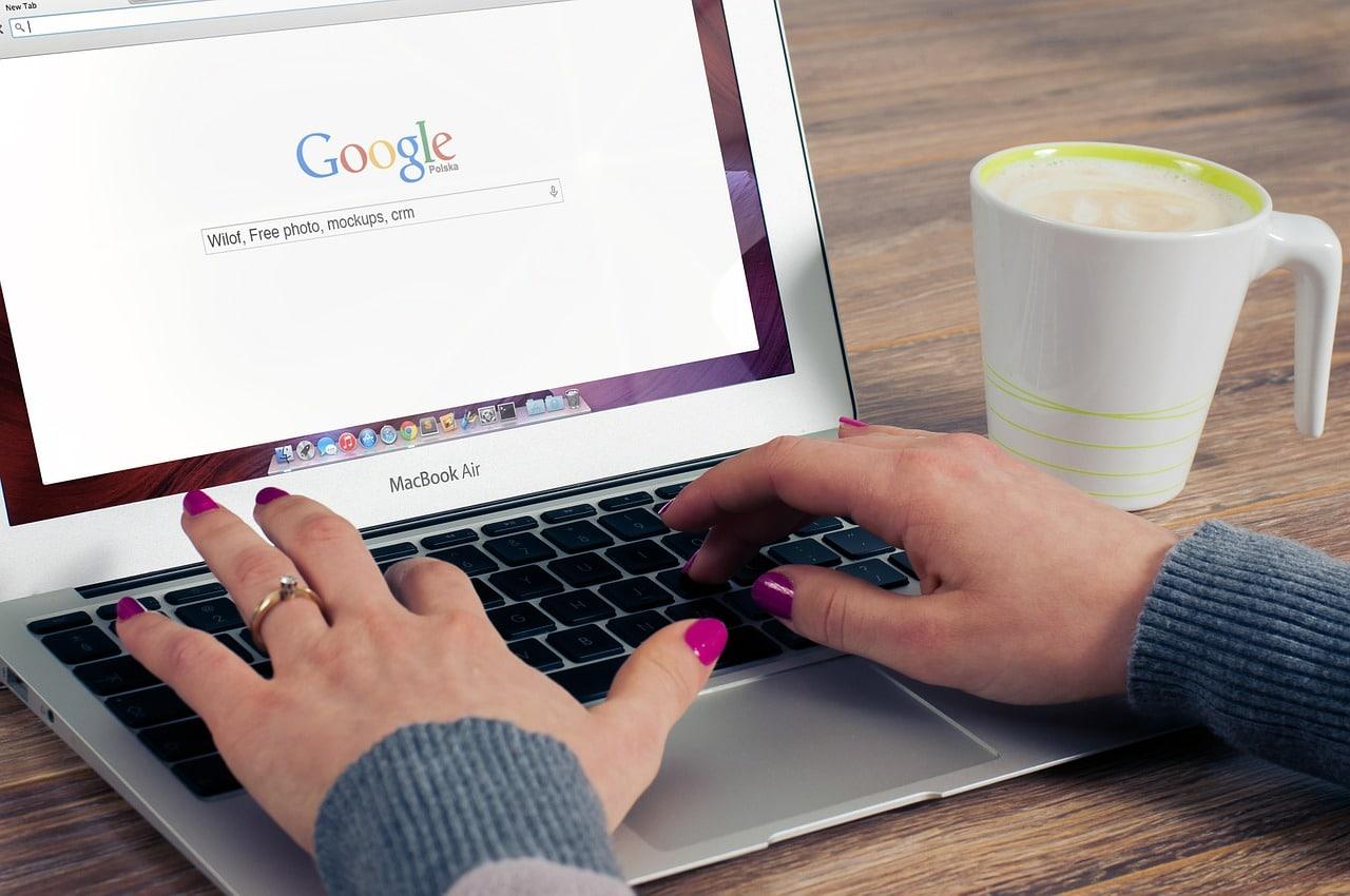 Un ordinateur affiche Google