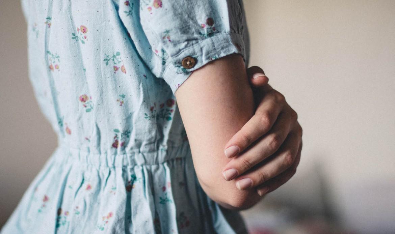 Une jeune femme croise les bras, fachée