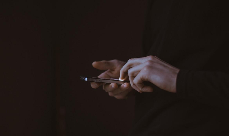 Des mains manipulent un téléphone