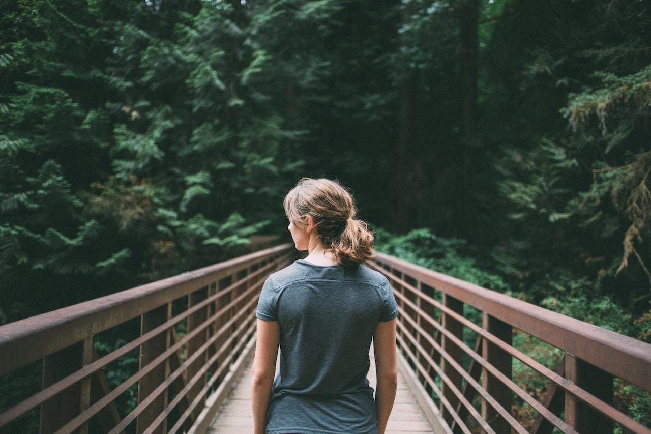 Une femme sur un pont dans la foret