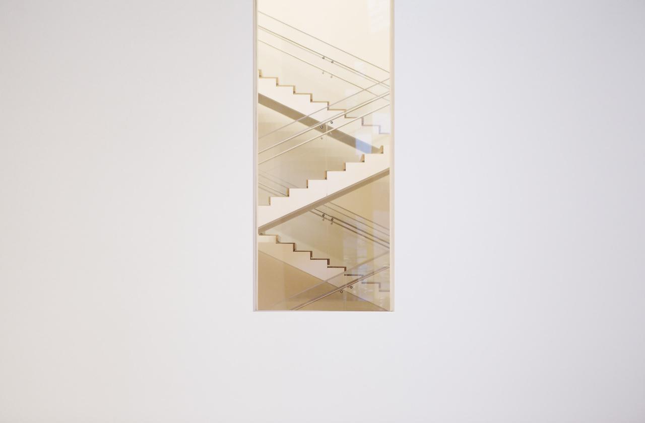 Une porte donne sur des escaliers