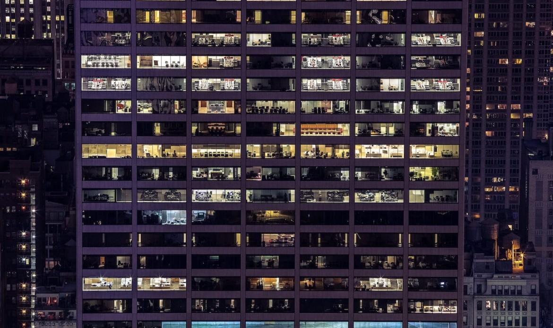 Un immeuble de bureaux de nuit