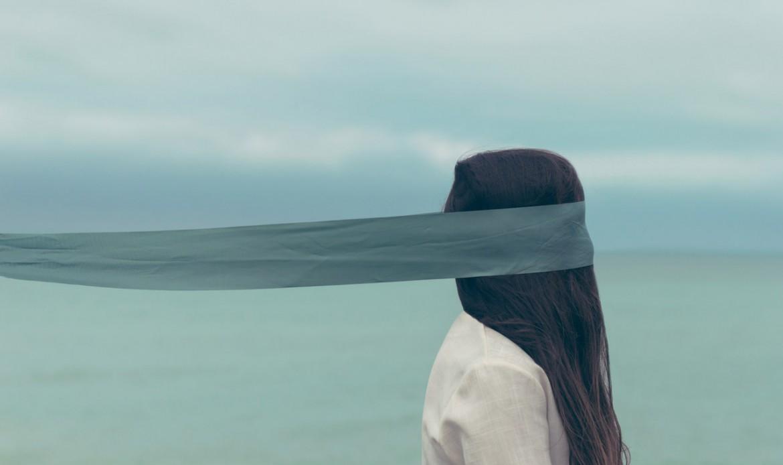 Une femme sur une plage, les yeux bandés