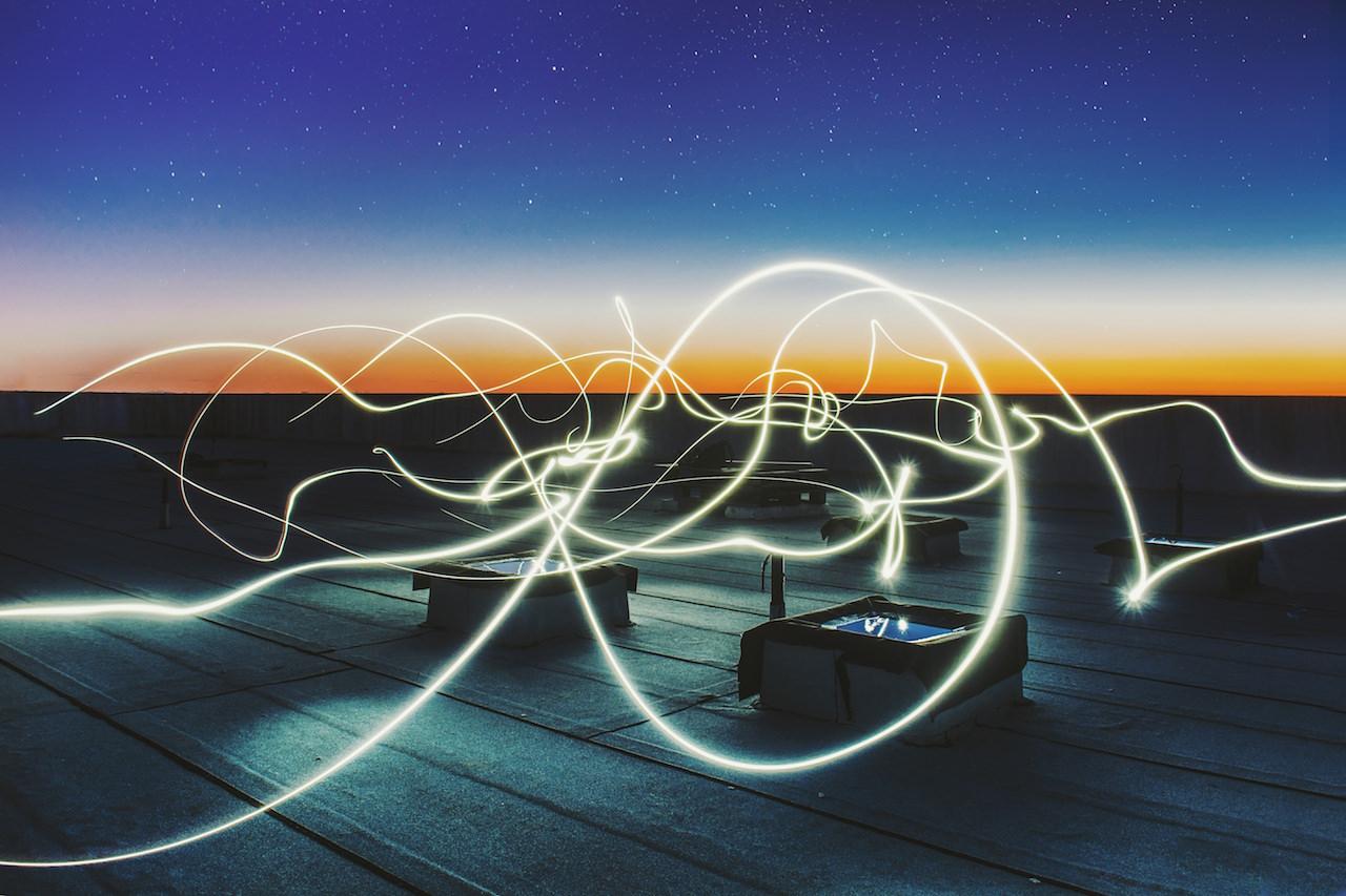 Un light painting sur un toit