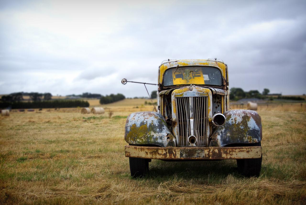 Une très vieille voiture rouillée