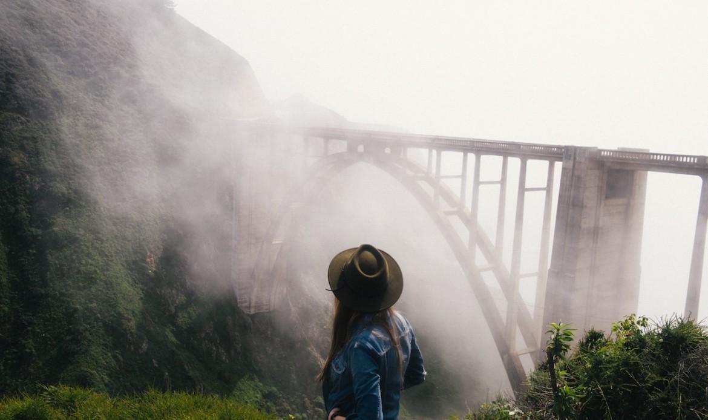 Une femme contemple un pont