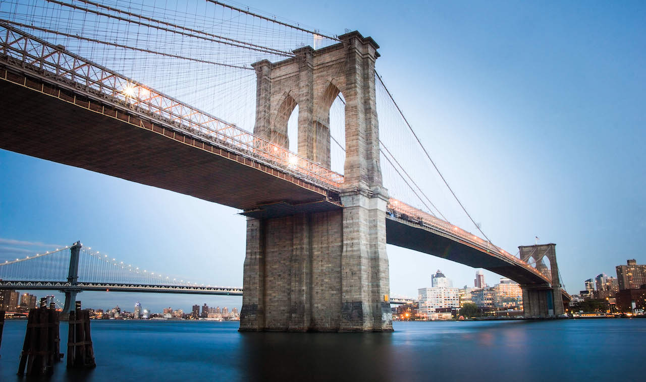 Un pont de pierre d'une grande ville