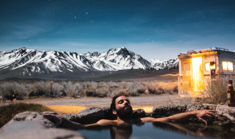 Un homme dans un bassin naturel, en pleine nature