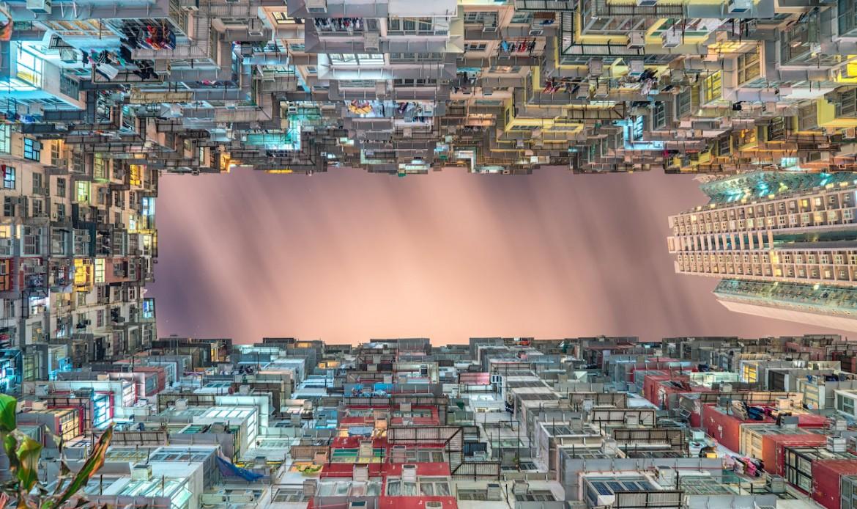 Une cours d'immeuble vue d'en bas