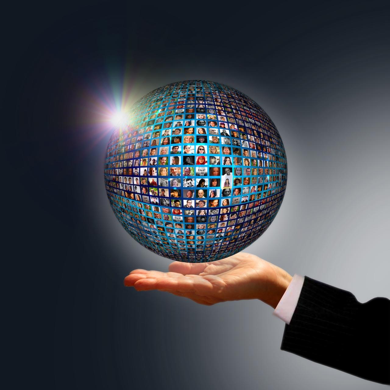 Un homme tient une sphère faite d'écrans et de visages