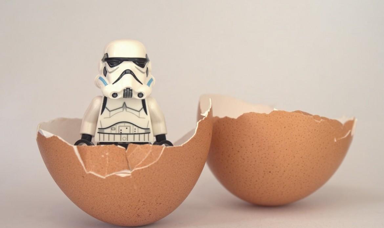 Un lego star wars storm trooper dans une coquille d'oeuf