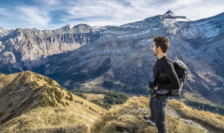 Un homme admire un paysage de montagne