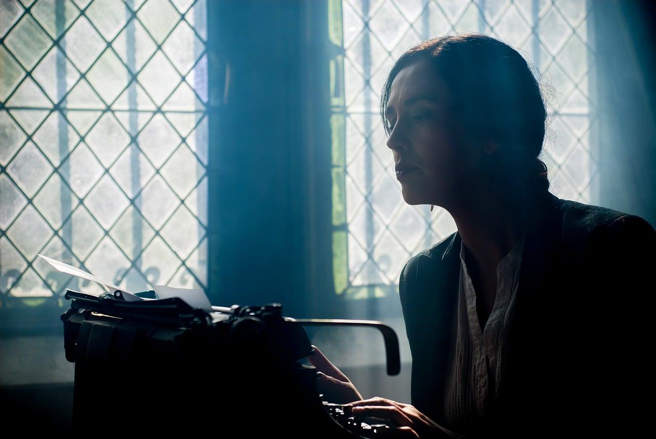 Une écrivain devant sa machine à écrire