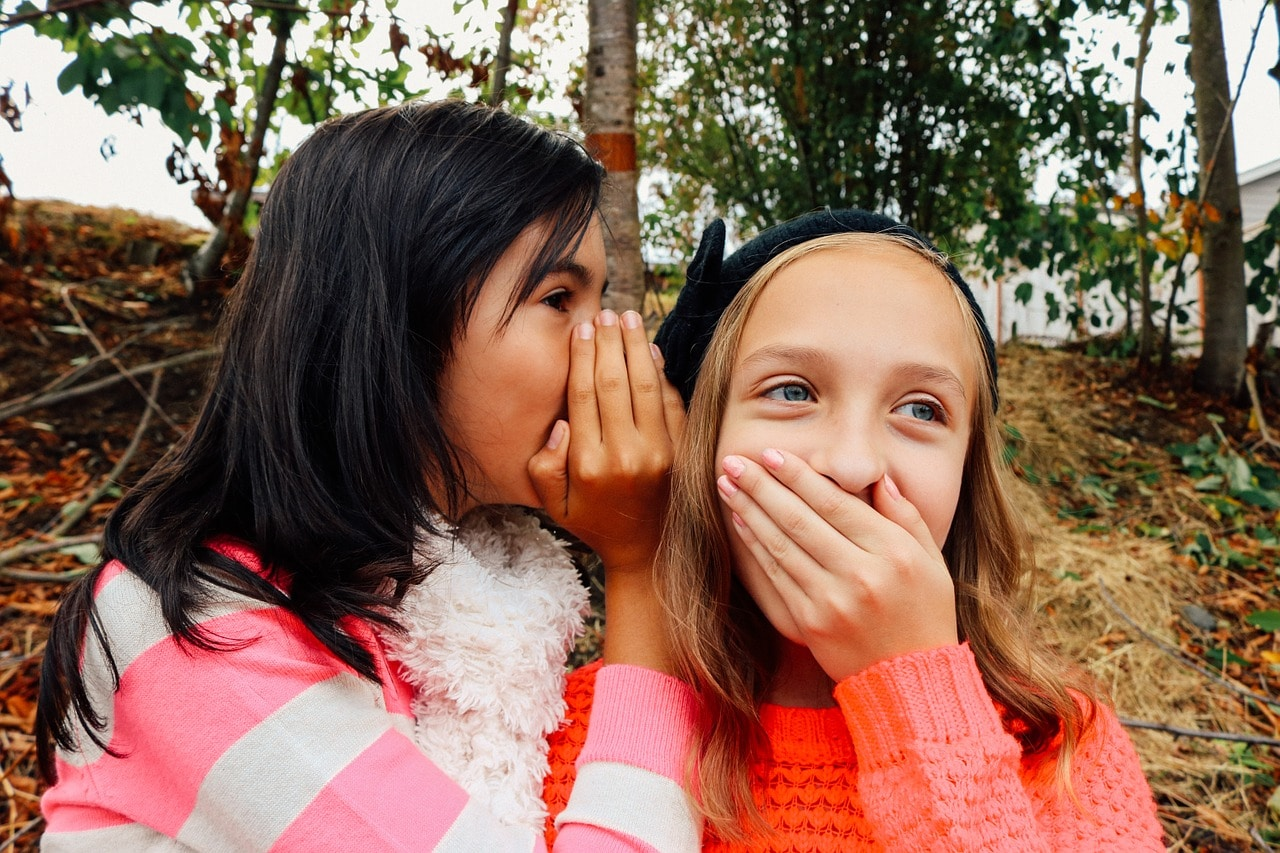 Une petite fille raconte un secret qui choque l'autre petite fille