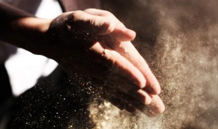 Des mains tamisent la farine entre leur paume
