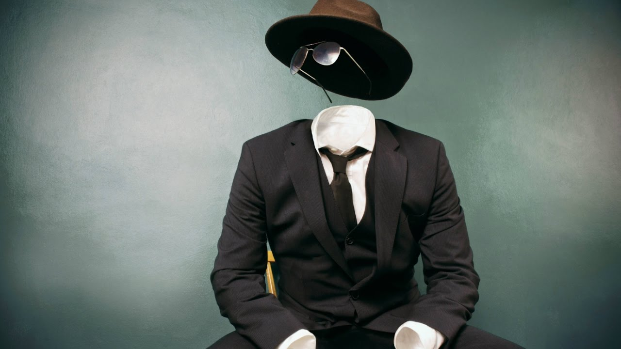 Un homme invisible en costume, chapeau et lunettes