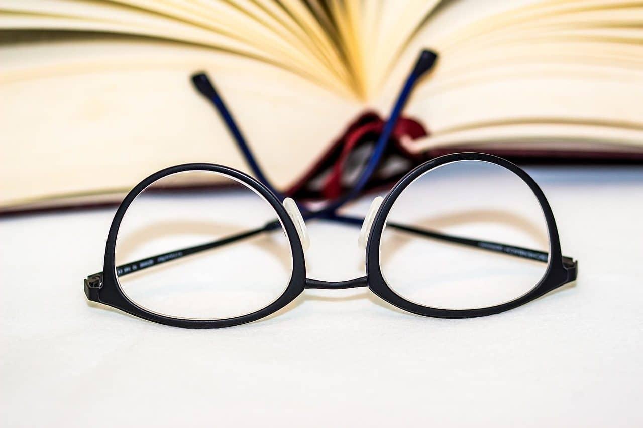 Des lunettes noires devant un livre ouvert
