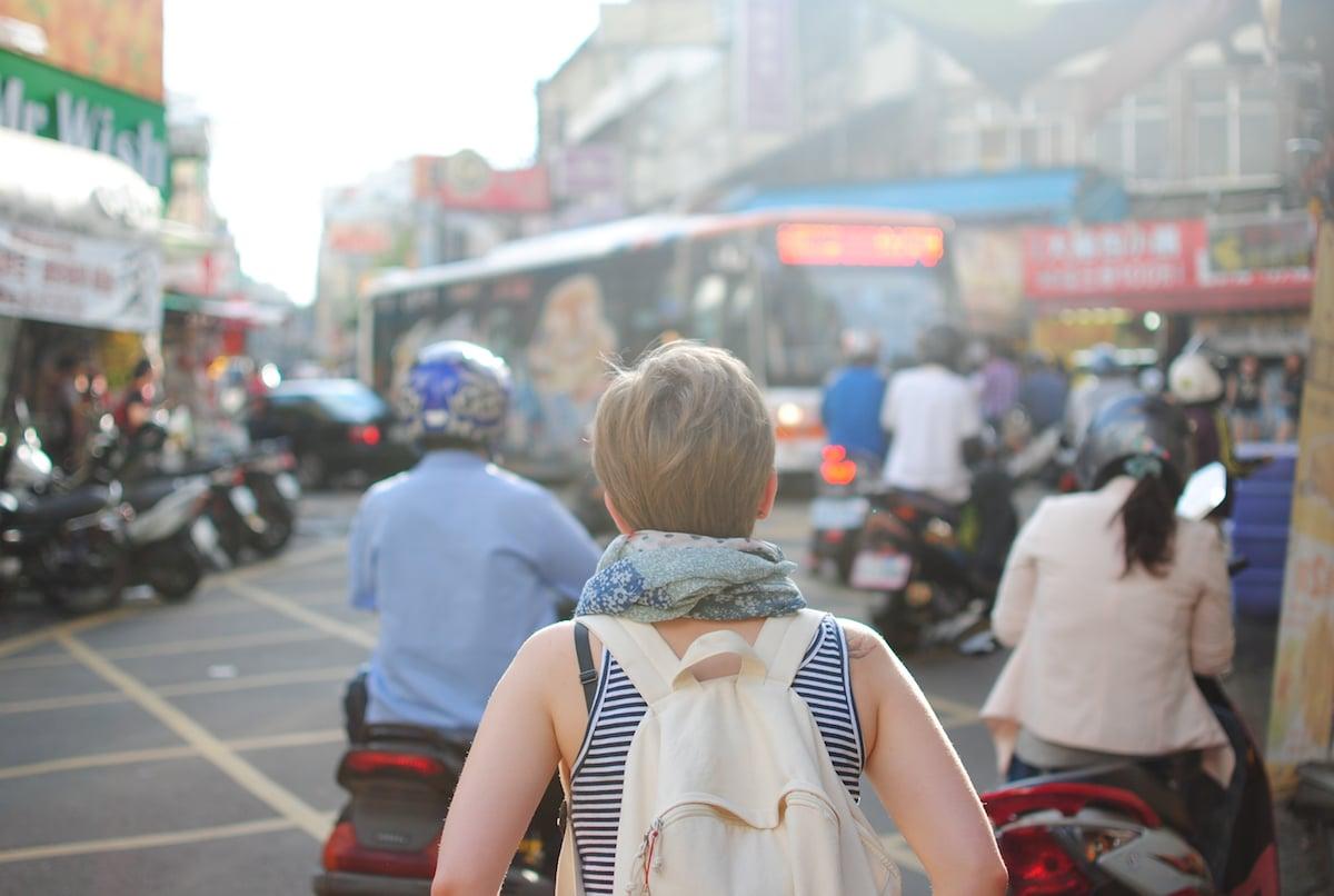 Une femme voyageuse parcours l'inde