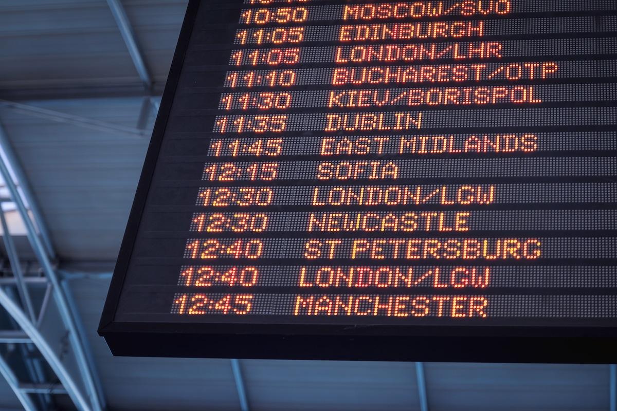 Un panneau d'affichage des horaires de train