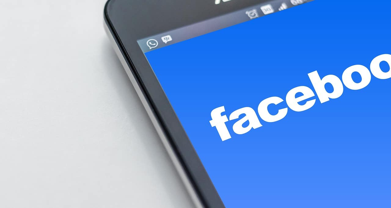 Un téléphone portable affiche l'application Facebook