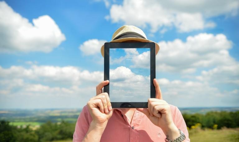 Homme tête dans les nuages