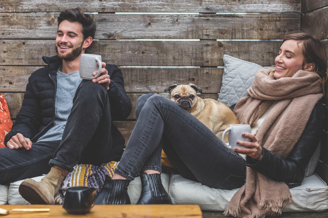 Amis buvant un café