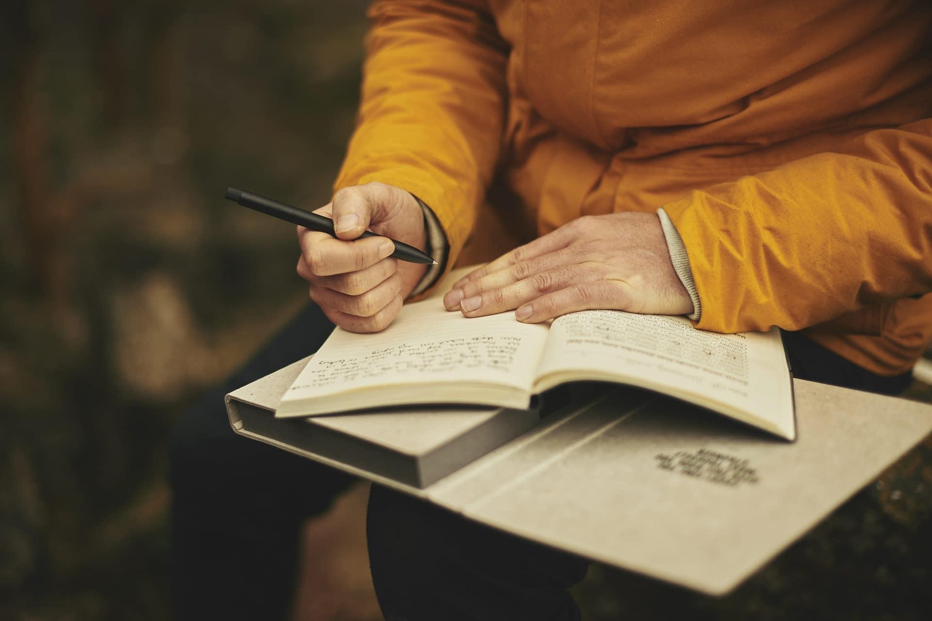 femme écrit dans un cahier