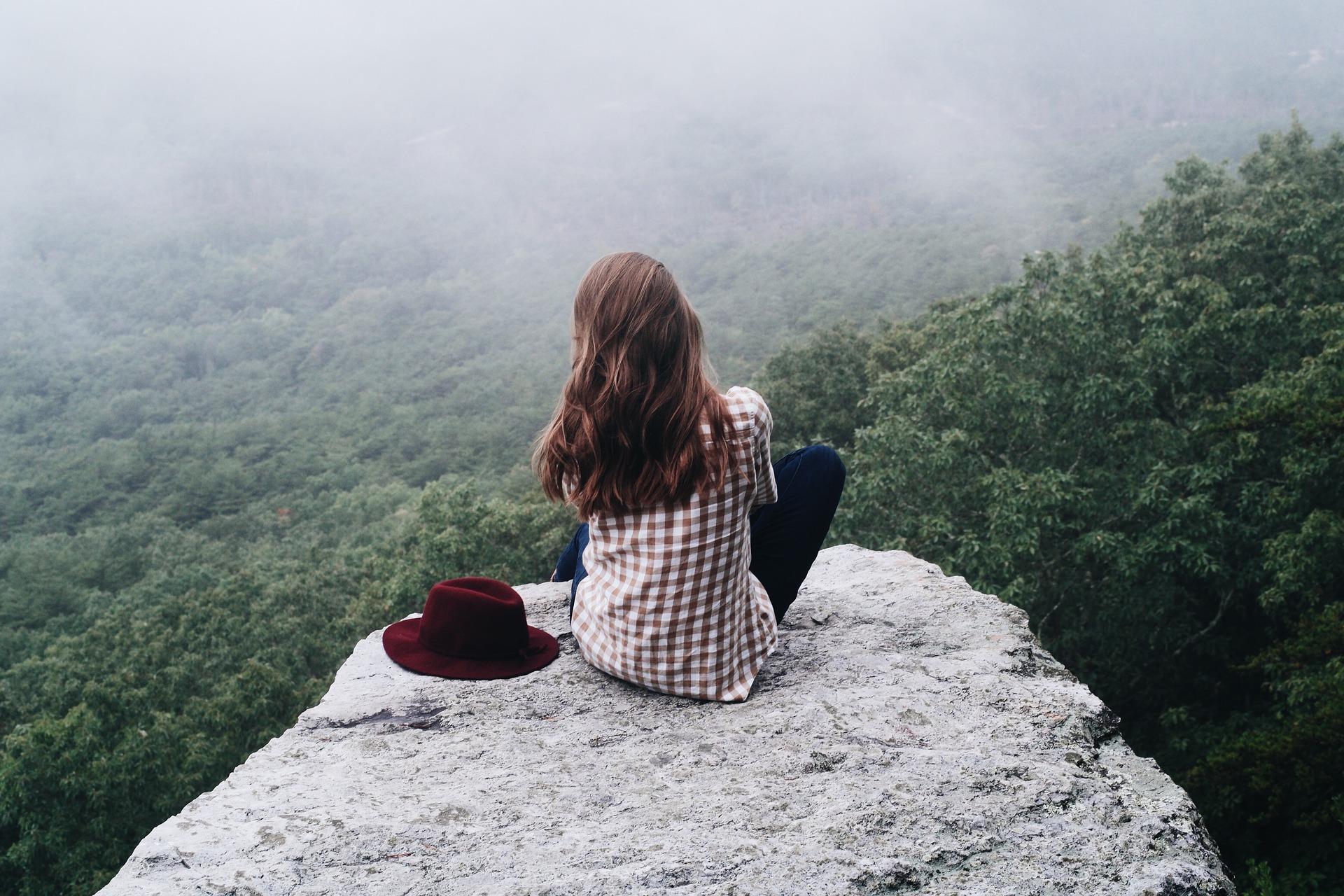 femme devant vallée