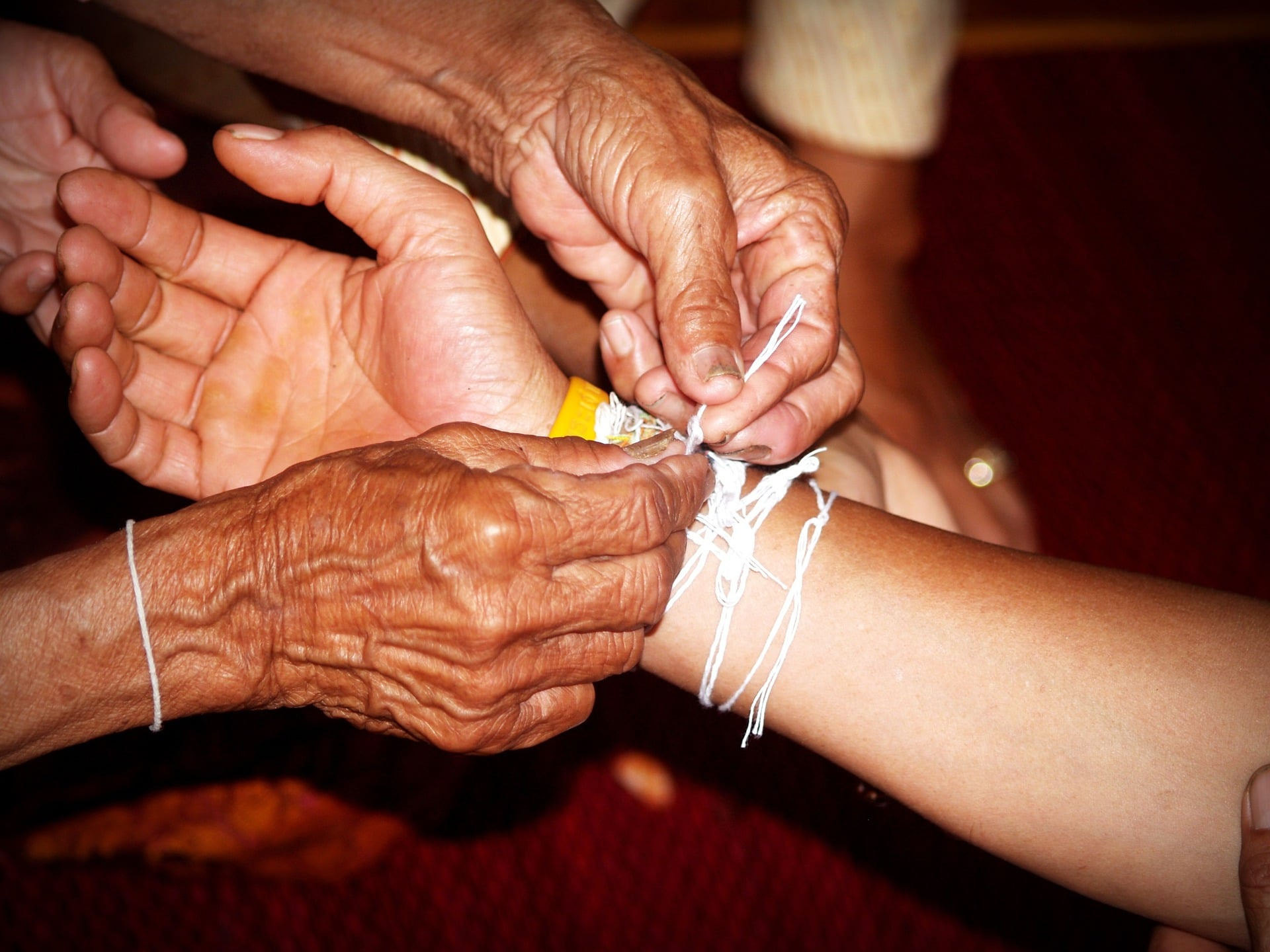 soin on attache des bracelets à une main