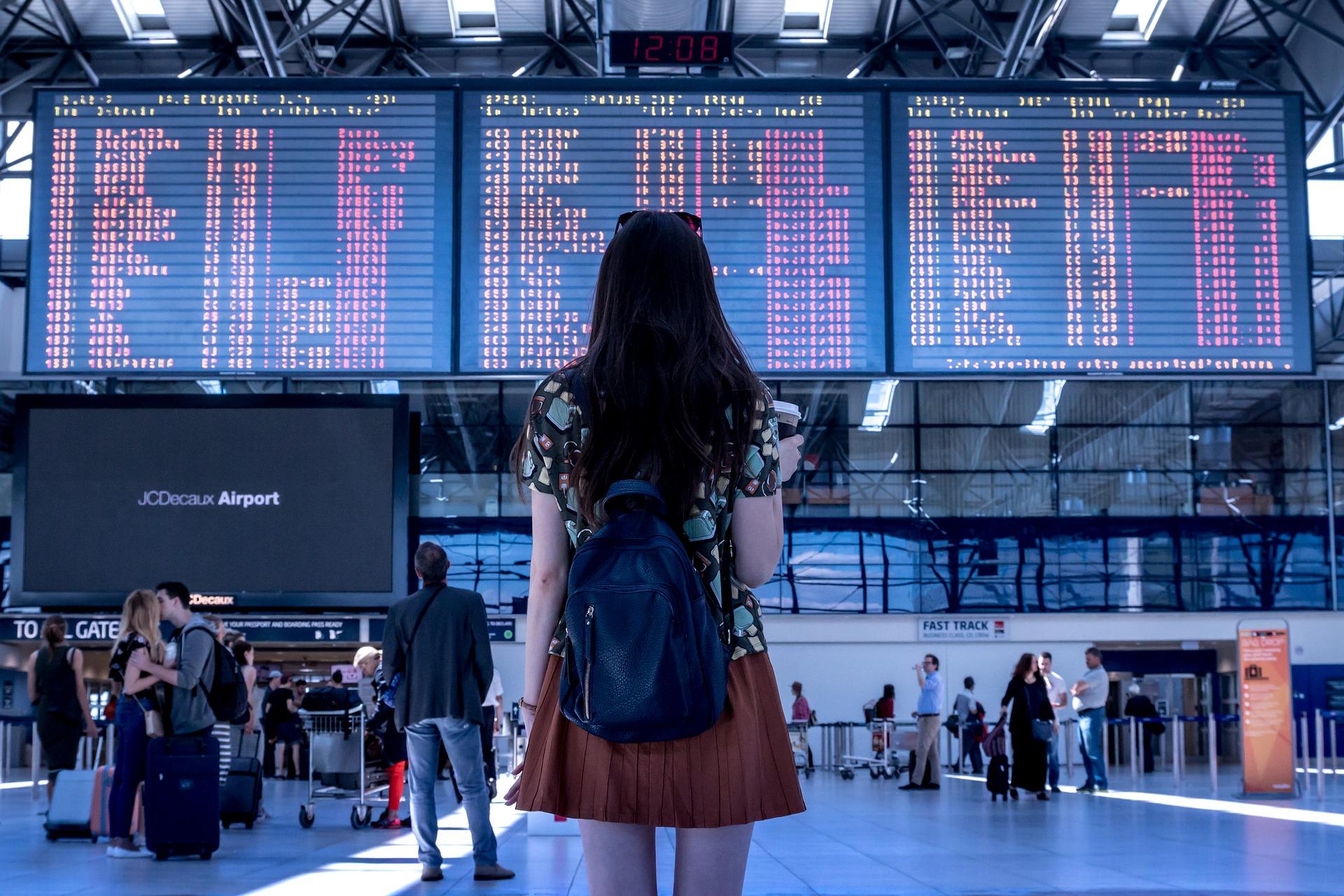Femme dans une gare
