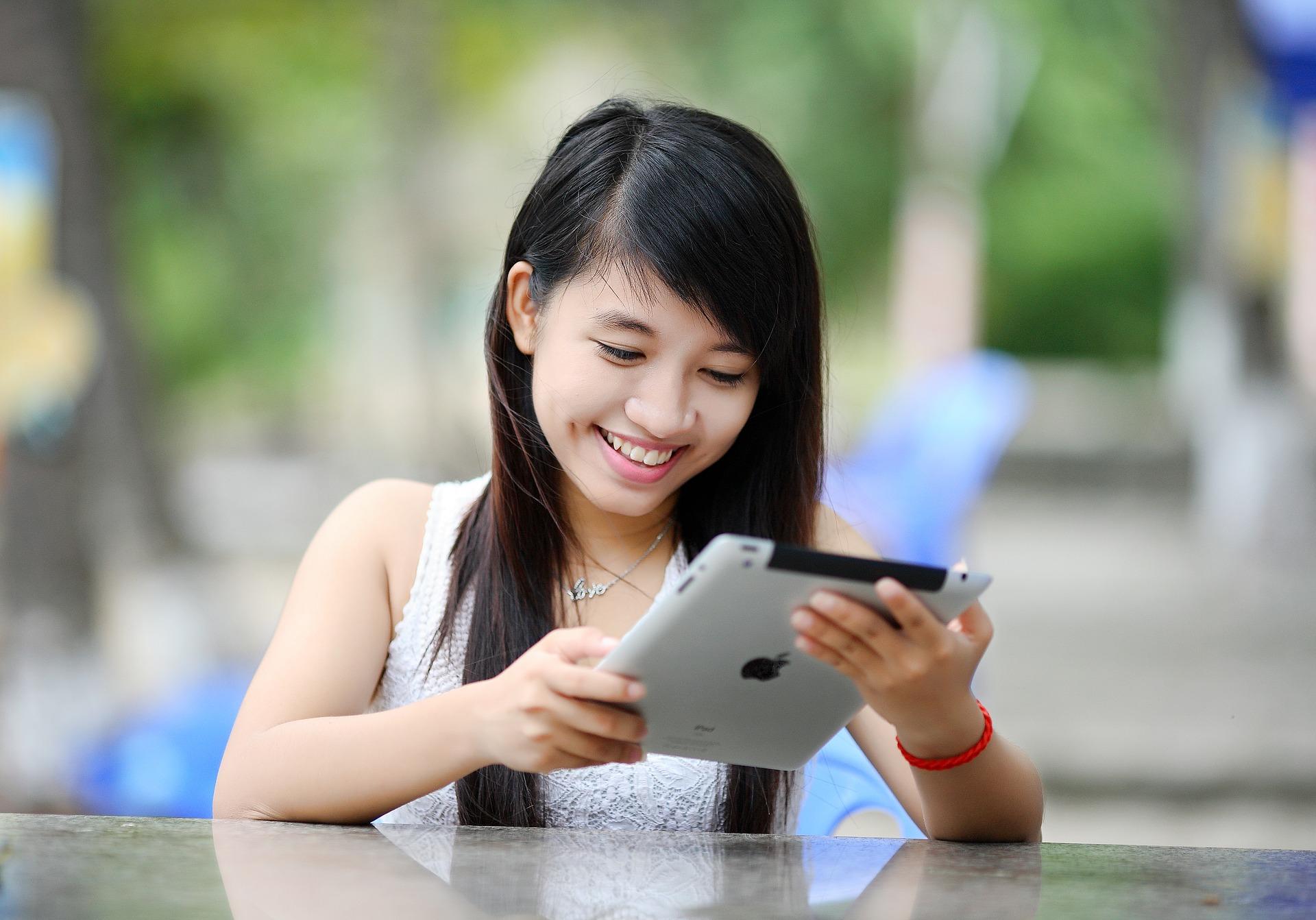 Femme asiatique avec ipad