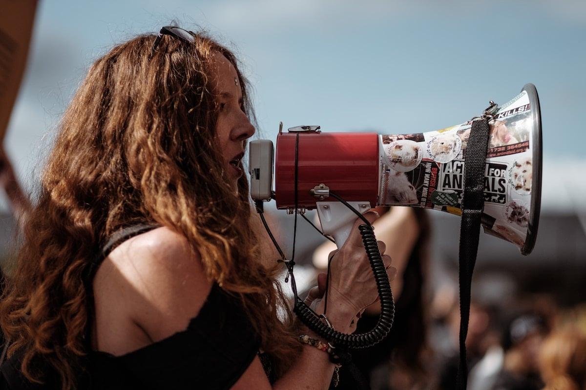 Femme avec megaphone