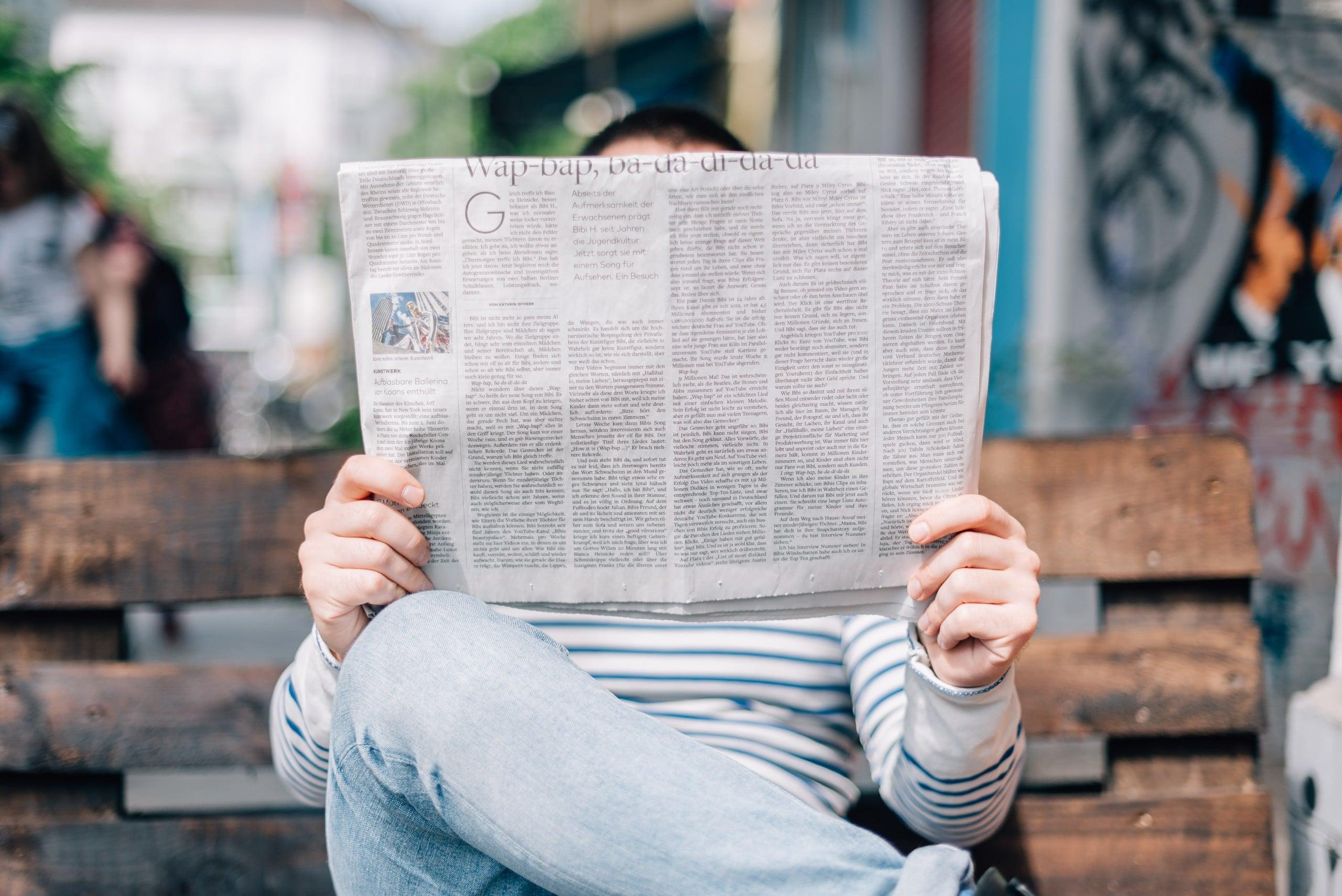 Homme lit le journal