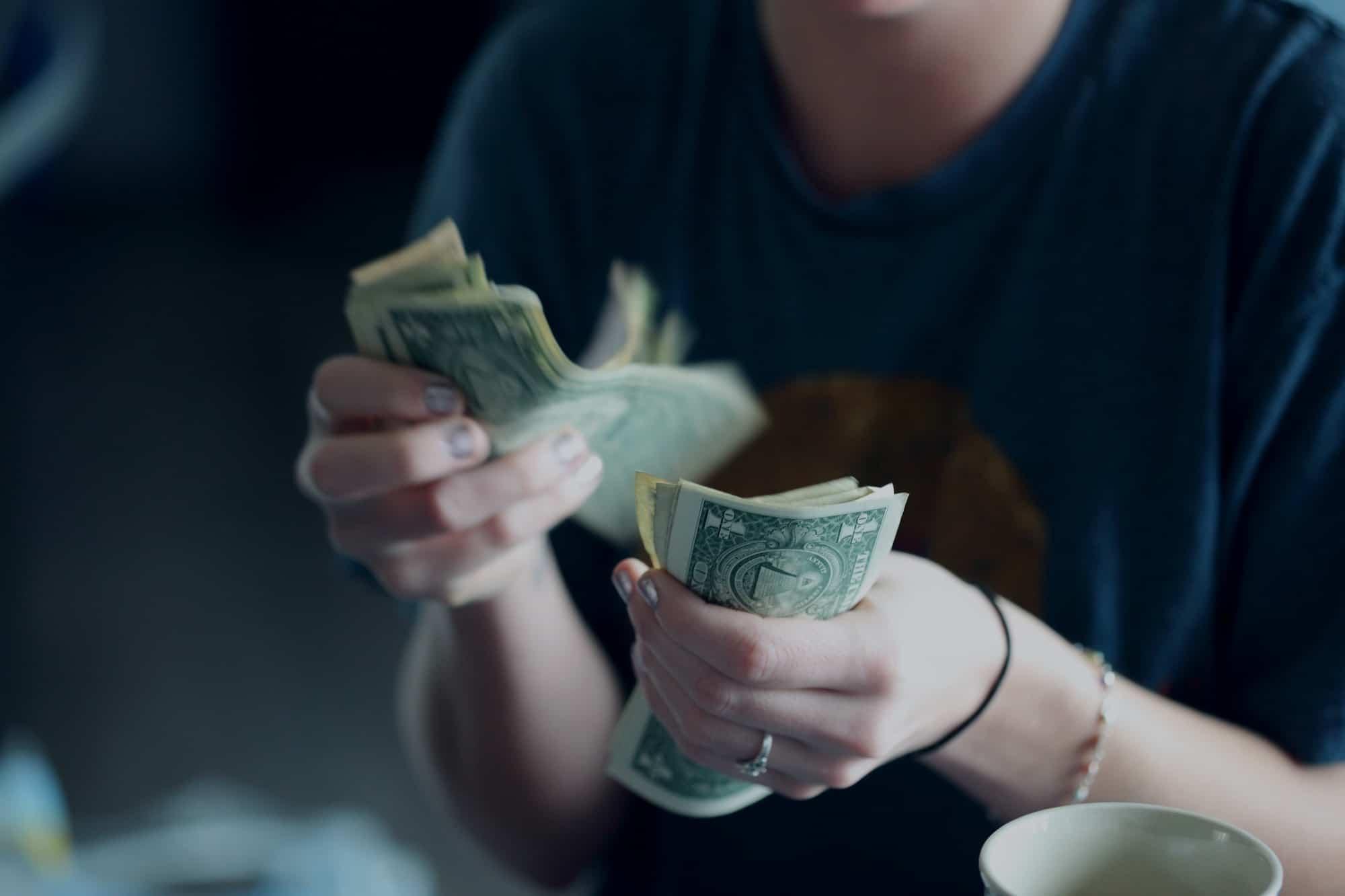 Femme compte son argent