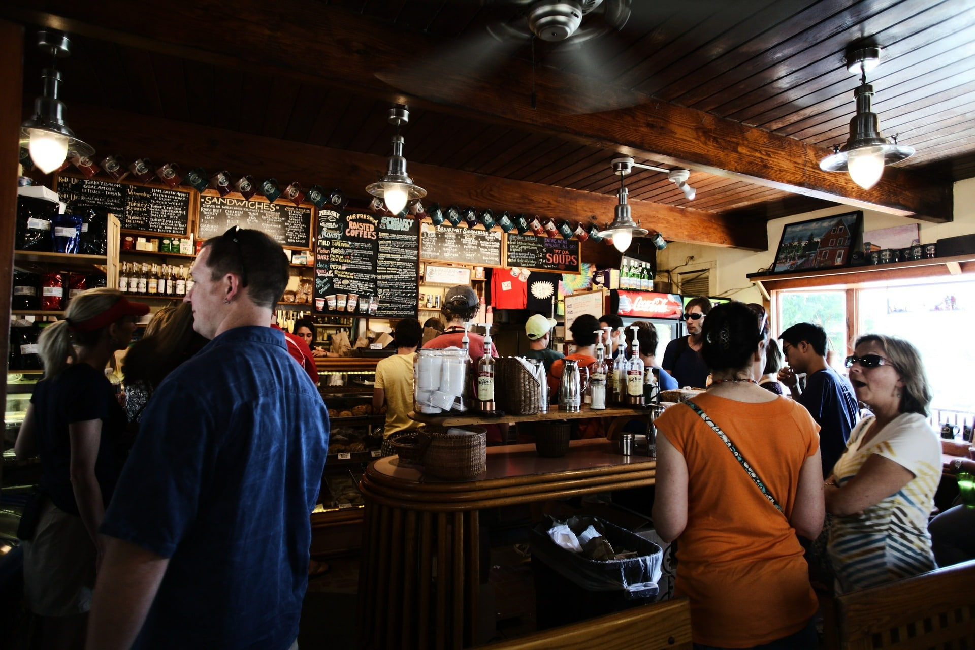 Monde dans un bar