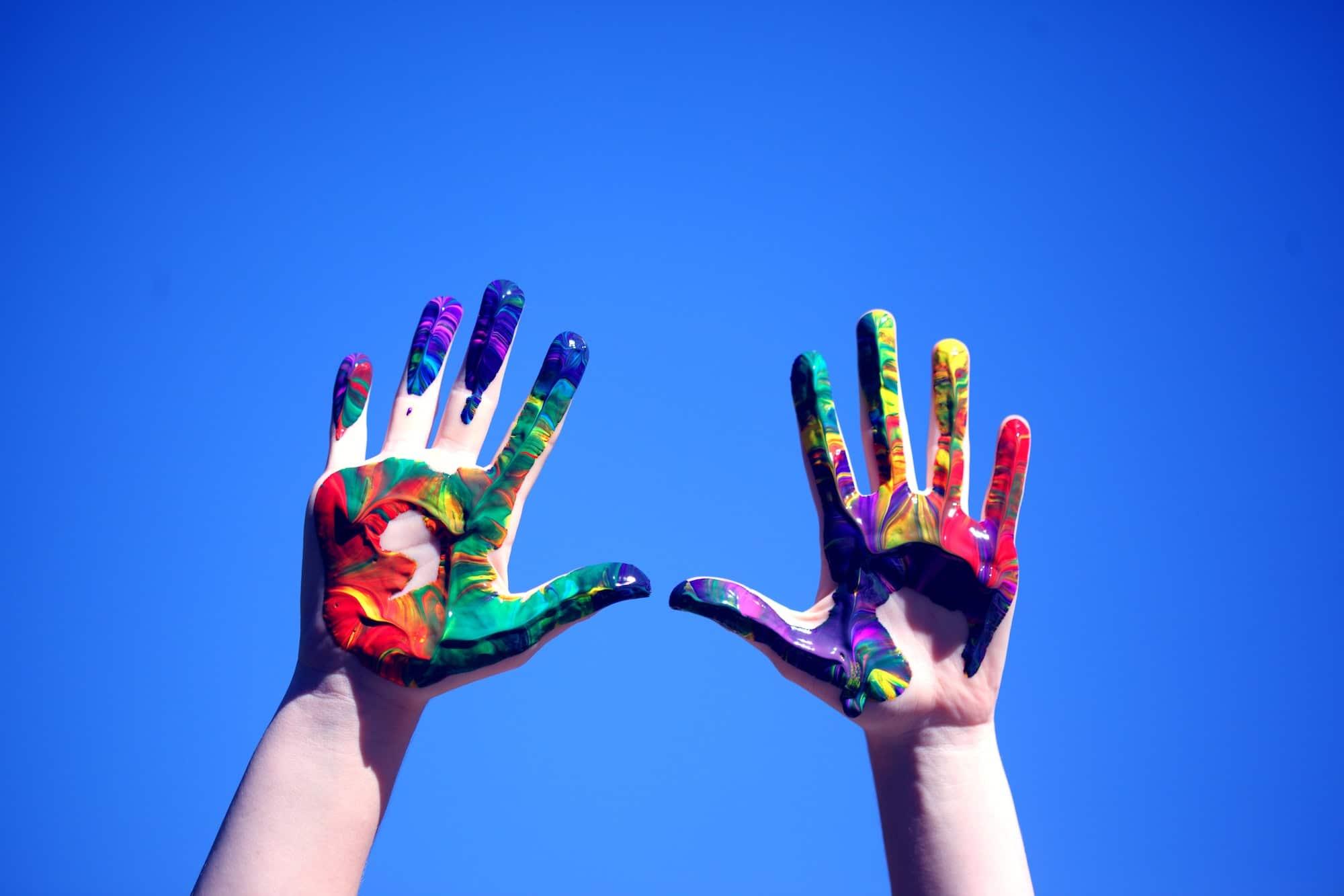 Mains pleine de peinture