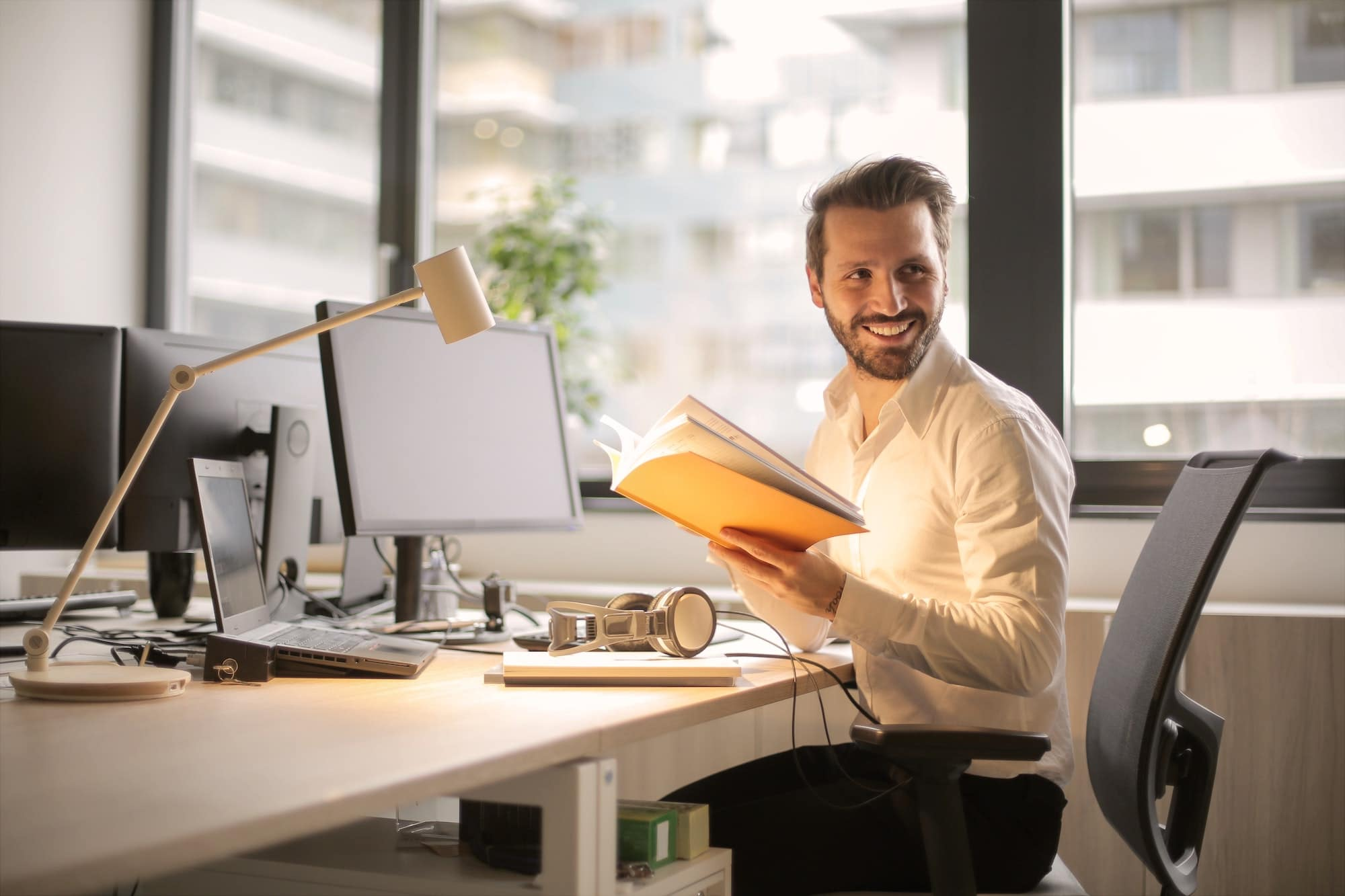 Homme au bureau