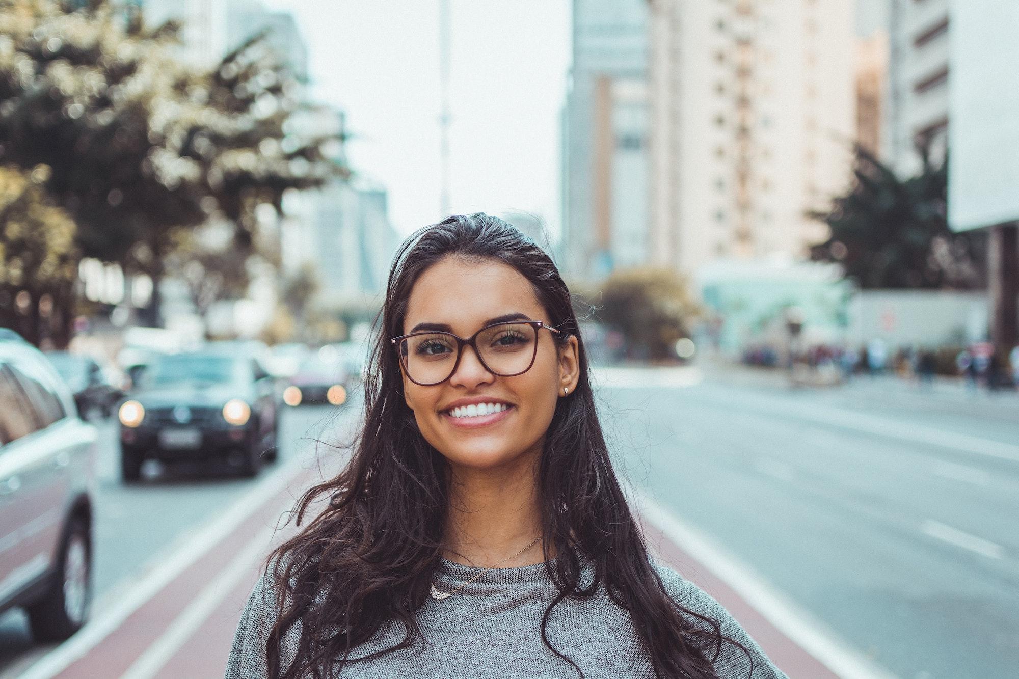 Jeune femme en ville